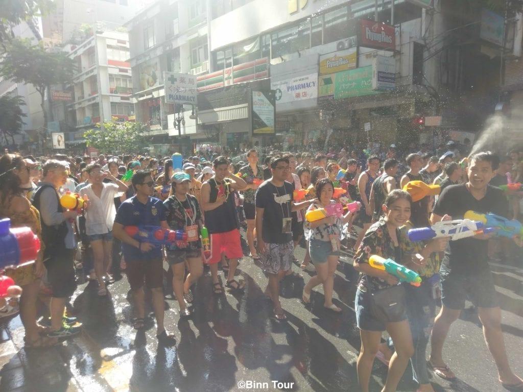 Grosse Menschenmasse in Silom Road während Songkran