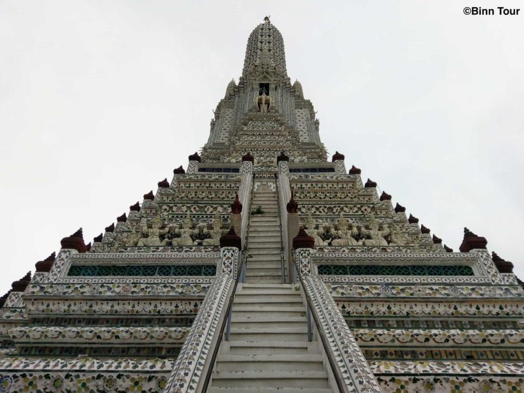 Blick auf den zentralen Prang des Wat Arun