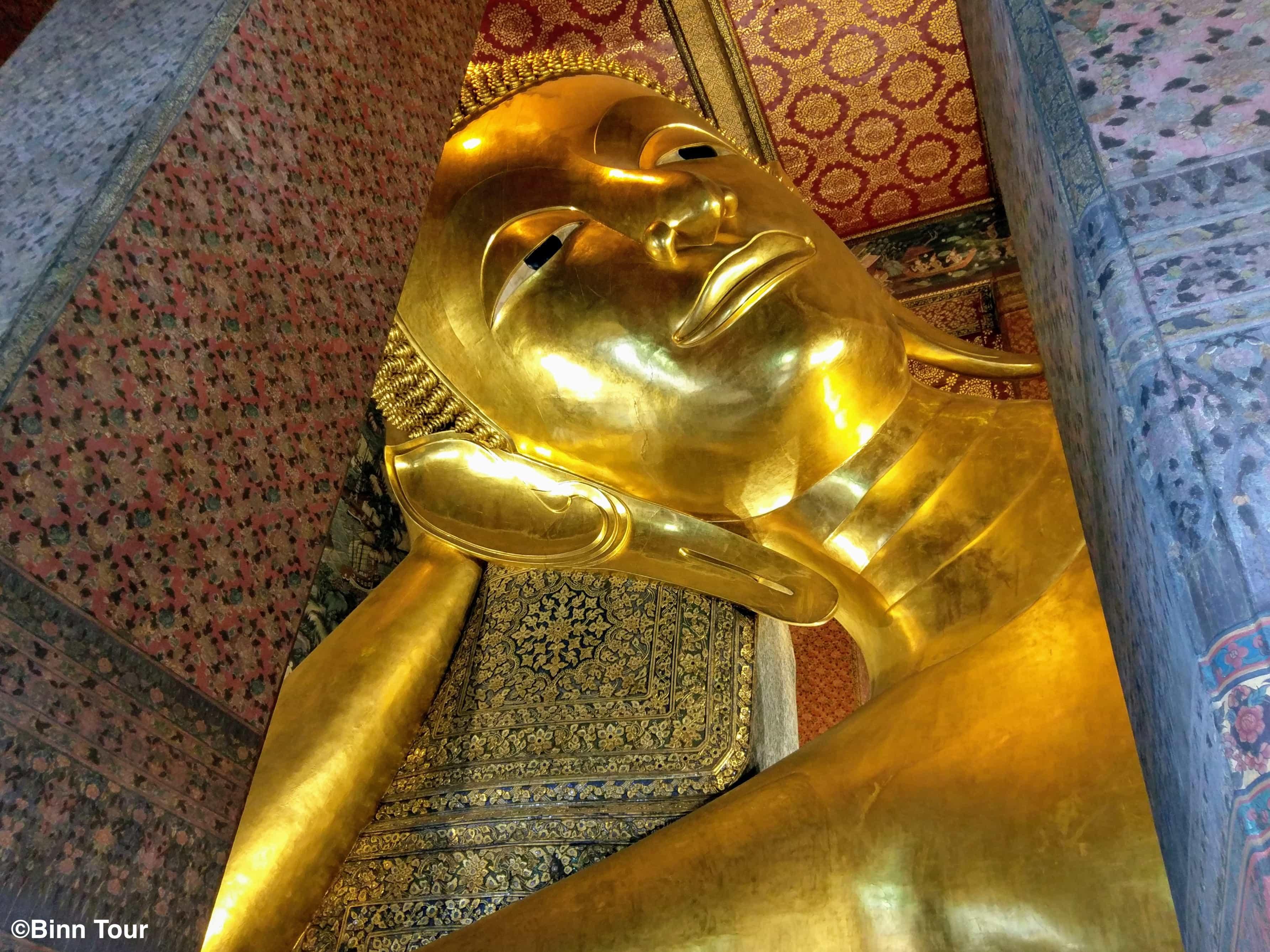Kopf des liegenden Buddha im Wat Pho Tempel