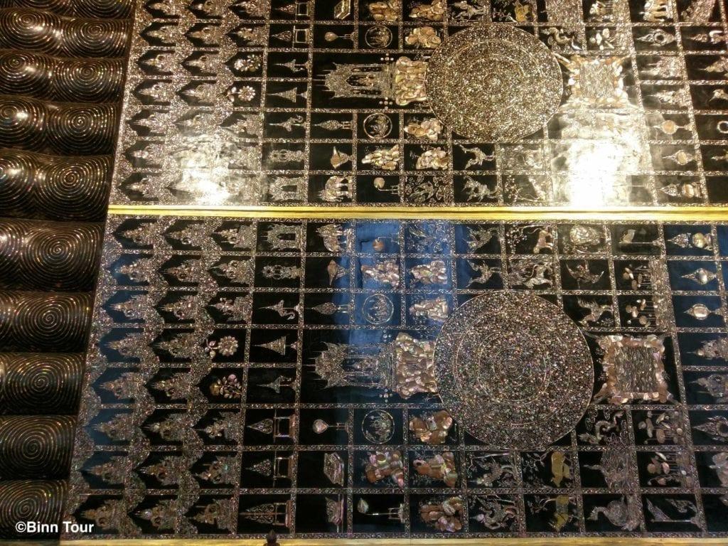 Die Fußsohlen des liegenden Buddha mit 108 Merkmalen