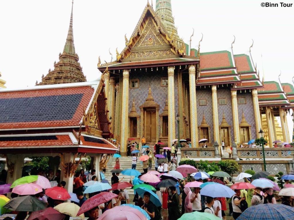 Grosse Menschenmasse an einem regnerischen Tag im Wat Phra Kaeo Tempel