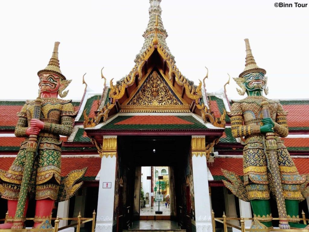 Gigantische Wächter im Tempel des Smaragd-Buddha