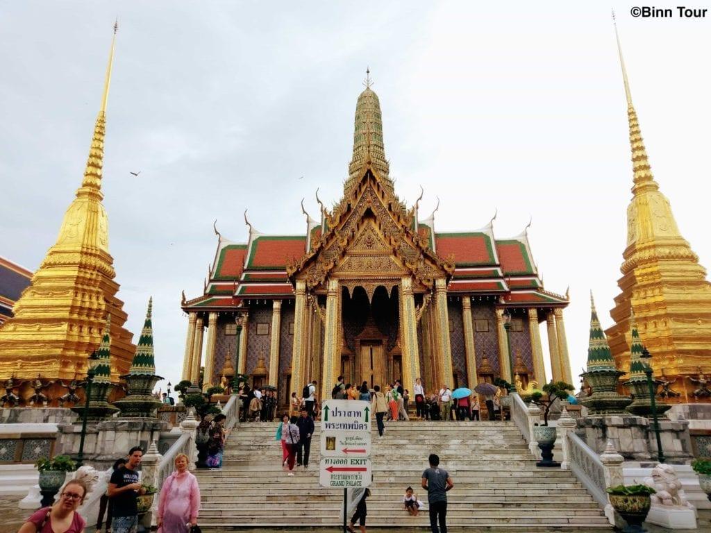 Frontansicht auf Prasat Phra Thep Bidon - ein königliches Pantheon