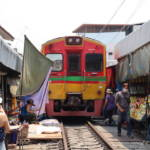 Eintretender Zug im Maeklong Eisenbahnmarkt